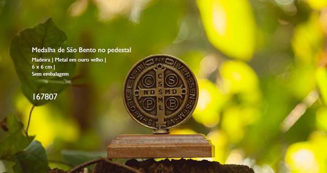 Imagem de Medalha de são bento no pedestal