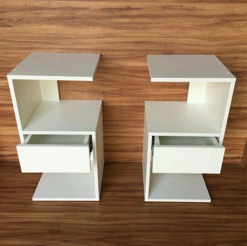 """Imagem de Mesa de cabeceira s"""" com gaveta para decoração com kit de instalação fred planejados"""