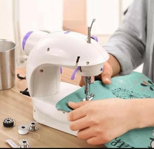 Imagem de Mini Máquina De Costura Doméstica Portátil Compacta Bivolt com Luz