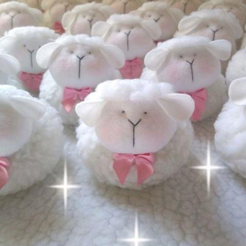 Imagem de Ovelha Pelúcia Lembrancinha estilo chaveiro kit 20 unidades rosa