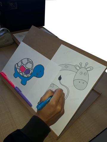 Imagem de Prancheta inclinável montessoriana para leitura e desenho a4