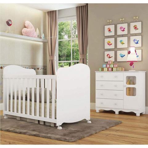 Imagem de Quarto de Bebê com Berço Americano e Cômoda 4 Gavetas e 1 Porta Uli Móveis Peroba Branco