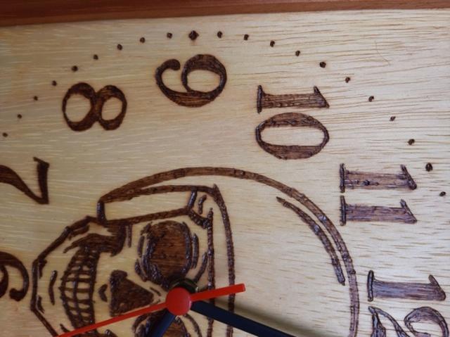 Imagem de Relógio de madeira de parede desenho de Caveira capacete (moto clube) feito a mão