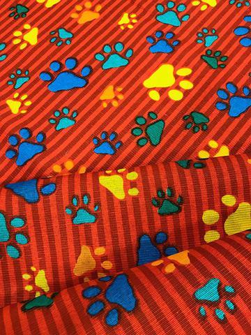 Imagem de Tecido para decoração Gorgurinho patinhas coloridas - Fundo vermelho