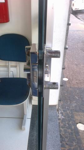 Imagem de Trava Segurança para Uso Cadeado para porta vidro de 2 folhas de correr ou pivotante